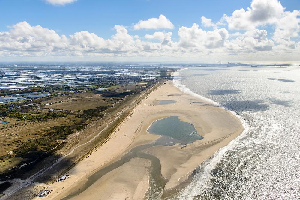 Nederland, Zuid-Holland, Gemeente Westland, 28-04-2017; Delflandse Kust ter hoogte van Ter Heijde en Monster, Maasvlakte en Twwede Maasvlakte (MV2) aan de horizon. De Zandmotor is een kunstmatig schiereiland / landtong, ontstaan door het opspuiten van zand voor de kust. Wind, golven en stroming zullen het zand langs de kust in noordelijke richting verspreiden waardoor verderop langs de kust bredere stranden en duinen ontstaan. De zandmotor is een experiment in het kader van kustonderhoud en kustverdediging. <br /> Sand Engine, artificial peninsula build by the raising of sand for the coast of Ter Heijde (near the Hague, at the horizon). Wind, waves and currents will distribute the sand along the coast yielding wider beaches and dunes along the coastline. The Sand Engine is a experiment for coastal maintenance of coastal defense.<br /> luchtfoto (toeslag op standard tarieven);<br /> aerial photo (additional fee required);<br /> copyright foto/photo Siebe Swart