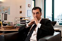 05 JAN 2012, BERLIN/GERMANY:<br /> Cem Oezdemir, B90/Gruene Bundesvorsitzender, waerhend einem Interview, in seinem Buero, Bundesgeschaeftsstelle Buendnis 90 / Die Gruenen<br /> IMAGE: 20120105-01-036<br /> KEYWORDS: Cem Özdemir, Büro