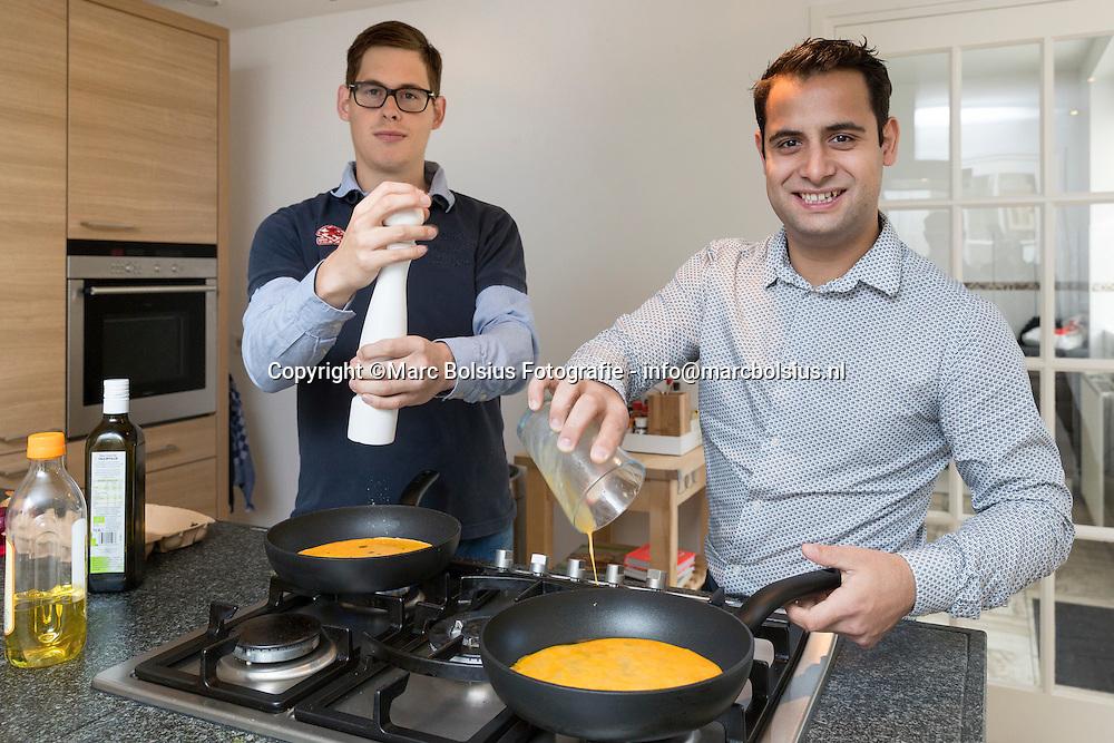 Nederland,Rubriek een nieuw begin, Links Simon en rechts Yony in blouse wonen sinds kort zelfstandig onder begeleiding.