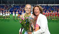 BOOM -  KNHB bestuurder Marjolein Bolshuis overhandigt Margot van Geffen, die haar 50ste interland speelt, de bloemen voor  de halve finale van het EK hockey tussen de vrouwen van Nederland en Engeland. ANP KOEN SUYK