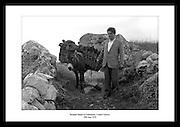 Brendan Behan (irsk poet, novellist, roman- og skuespillforfatter. Han var også irsk republikaner og.medlem av IRA. Her avbildet sammen med et esel i County Galway, 1959.