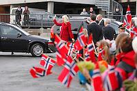 SYKKYLVEN 20091111. Kronprinsesse Mette-Marit hilser til de fremmøtte utenfor Ekornes under hennes besøk i Sykkylven mandag ettermiddag. Foto: Svein Ove Ekornesvåg