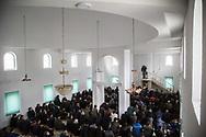 Décembre 2017. Kosovo : 10ème anniversaire de l'indépendance. Podujevo. Prière du vendredi dans l'une des mosquées de Podujevo, située au nord près de la frontière serbe. L'imam albanais Bekim Jashari, 43 ans, anime la prière du vendredi à Podujevo, située au nord près de la frontière serbe. L'imam est engagé contre la radicalisation dans son pays qui a vu 300 albanais du Kosovo aller se battre en Syrie. En 2015, il a créé le site Internet Foltash qui œuvre contre les fake news de radicaux musulmans.