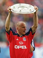 Fotball<br /> Bayern München<br /> Foto: Witters/Digitalsport<br /> NORWAY ONLY<br /> <br /> JANCKER, Carsten mit Meisterschale <br /> Fussballspieler FC Bayern München<br /> Deutscher Meister 1998/99
