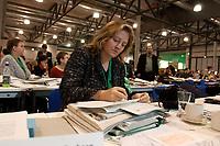 30 NOV 2003, DRESDEN/GERMANY:<br /> Antje Hermenau, MdB, B90/Gruene, Landesvorsitzende Sachsen, schreibt in ihren Unterlagen, 22. Ordentliche Bundesdelegiertenkonferenz Buendnis 90 / Die Gruenen, Messe Dresden<br /> IMAGE: 20031130-01-028<br /> KEYWORDS: Bündnis 90 / Die Grünen, BDK, Akte, Akten, papers, schreiben, liest, lesen<br /> Parteitag, party congress, Bundesparteitag