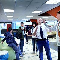 Nederland, Amsterdam , 2 juli 2012..Schoolpolitieagent Jeroen in gesprek met enkele leerlingen van het Calvijn college in de Schipluidenlaan in Amsterdam West.Foto:Jean-Pierre Jans