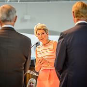 NLD/Den Haag/20150624 - Familiebedrijven Award 2015, prijsuitreiking door Koninging Maxima aan De Heus Diervoeders uit Ede