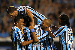 Douglas comemora com os colegas gol na partida contra o Oriente Petrolero válida pela Copa Libertadores da América 2011, no estádio Olimpico, em Porto Alegre. FOTO: Jefferson Bernardes/Preview.com