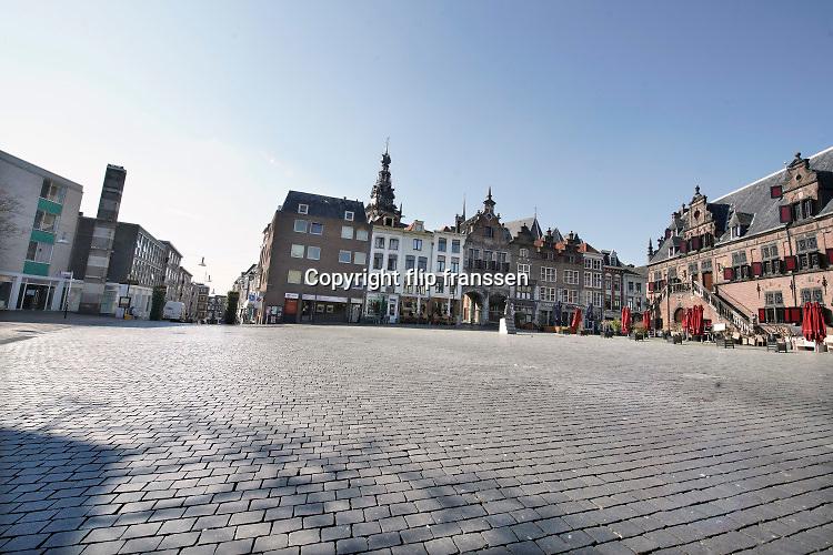 Nederland, Nijmegen, 6-4-2020 De binnenstad van Nijmegen is zo goed als leeg . Het is duidelijk rustiger en stiller in de straten, winkelstraten van het centrum in de stad . Mensen blijven thuis om zo min mogelijk risico te nemen ivm het corona virus . Foto: Flip Franssen