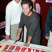 1e repetitiedag Titanic, Danny de Munk snijd de taart
