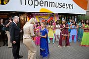 Hare Koninklijke Hoogheid Prinses Máxima der Nederlanden is aanwezig bij de voorbezichtiging van de tentoonstelling 'Ster in de Stad' in het Tropenmuseum Junior in Amsterdam. <br /> Bij de ingang word ze opgewacht door een groep danseressen. / Her royal highness princess Máxima of the The Netherlands is at the exibition 'A Star present in the city ' in the tropen museum junior in Amsterdam. At the entrance them by a group dancer is entertaining the princes