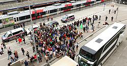 05.09.2015, Westbahnhof, Wien, AUT, Flüchtlinge auf den Weg durch die Staaten der EU, im Bild Flüchtlinge die mit einem Bus gekommen sind und ein Bus // Immigrants from the Middle Eastern countries and Africa arrived at the Railway station in Vienna, Austria on 2015/09/05. EXPA Pictures © 2015, PhotoCredit: EXPA/ Sebastian Pucher
