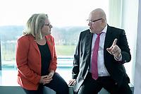04 MAR 2020, BERLIN/GERMANY:<br /> Svenja Schulze (L), SPD, Bundesumweltministerin, und Peter Altmeier (R), CDU, Bundeswirtschaftsminister, im Gespraech, vor Beginn der Kabinettsitzung, Bundeskanzleramt<br /> IMAGE: 20200304-01-020<br /> KEYWORDS: Kabinett, Sitzung, Gespräch