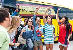 28.05.2010, Flughafen, Innsbruck, AUT, FIFA Worldcup Vorbereitung, Ankunft Spanien, im Bild spanische Fans, EXPA Pictures © 2010, PhotoCredit: EXPA/ J. Groder / SPORTIDA PHOTO AGENCY