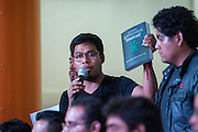 Omar García, sobreviviente de la violencia del 26 de septiembre de 2014, muestra ante la prensa el informe del Grupo Interdisciplinario de Expertos internacionales en el Centro de Derechos Humanos Miguel Agustín Pro, el 6 de septiembre de 2015. (Foto: Prometeo Lucero)
