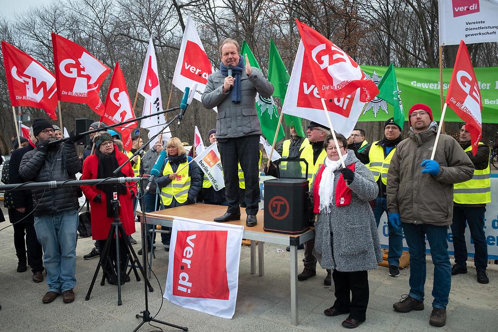 Proteste von mehreren hundert Beschäftigten zum Beginn der bundeweiten Tarifverhandlungen für die Beschäftigten der Länder ( TV-L ). Das erste Treffen der Gewerkschaften und der Tarifgemeinschaft deutscher Länder ( TdL ) findet in der Landesvertretung Baden-Württemberg in Berlin statt. Frank Bsirske, Vorsitzender von ver.di und Verhandlungsführer spricht zu den Demonstranten.<br /> <br /> [© Christian Mang - Veroeffentlichung nur gg. Honorar (zzgl. MwSt.), Urhebervermerk und Beleg. Nur für redaktionelle Nutzung - Publication only with licence fee payment, copyright notice and voucher copy. For editorial use only - No model release. No property release. Kontakt: mail@christianmang.com.]
