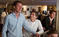 LOOSDRECHT - Jaap Stockmann met Marc Benninga. Lancering Sport Helpt, een initiatief van hockeyers Rogier Hofman en Tim Jenniskens. FOTO KOEN SUYK