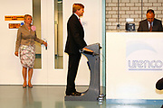 Zijne Koninklijke Hoogheid de Prins van Oranje opent donderdagmiddag 7 juni 2012 Hal 7 van uraniumverrijkingsfabriek van Urenco Nederland B.V. in Almelo.<br />  <br /> Urenco verrijkt uranium voor kernenergiecentrales door gebruik te maken van centrifugetechnologie. In Almelo worden met deze techniek ook diverse isotopen voor medische en industriële toepassingen geproduceerd. De productie vindt plaats onder toezicht van nationale en internationale organisaties.<br />  <br /> De bouw van productiehal 7 startte in 2010. Eind 2011 was de hal klaar om de eerste van duizenden gascentrifuges te installeren. Eind dit jaar zal de hal volledig zijn volgebouwd. <br /> Met de nieuwe productiehal 7 is Urenco Nederland de grootste productielocatie van de URENCO Group. De Urenco Group heeft naast vestigingen in Nederland ook vestigingen in Duitsland, het Verenigd Koninkrijk en de Verenigde Staten