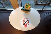 Nederland, Nijmegen, 25-10-2020 In de stad is het stil en leeg vanwege de verscherpte coronamaatregelen die de horeca op slot hebben gedaan . Ook de lunchroom van de Hema is hesloten ondanks de pogingen de mensen afstand te laten houden .Foto: ANP/ Hollandse Hoogte/ Flip Franssen