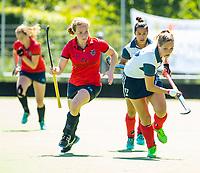 HUIZEN - Amber Folmer (Huizen) met Mauri Kleinschiphorst (Nijm.)  bij de eerste play off wedstrijd voor promotie naar de hoofdklasse , Huizen-Nijmegen (3-2) COPYRIGHT KOEN SUYK