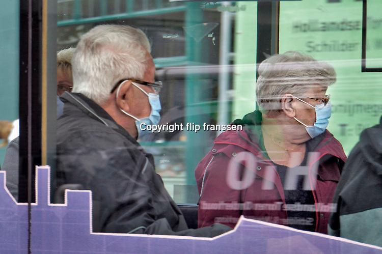 Nederland, Nijmegen, 17-7-2020 Het treintje op zonne-energie van de stichting Soios rijdt in de zomer vanuit millingen aan de rijn via de millingerwaard, ooijpolder en de stuwwal bij Beek naar de binnenstad van Nijmegen . Het wordt vooral gebruikt door oudere dagjesmensen. Nu er corona heerst moetem de mensen in deze treintjes verplicht mondkapjes dragen . Foto: ANP/ Hollandse Hoogte/ Flip Franssen