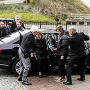 NLD/Fijnaart/20150110 - Uitvaart Chris Bauer, aankomst familie, moeder Wies Bauer