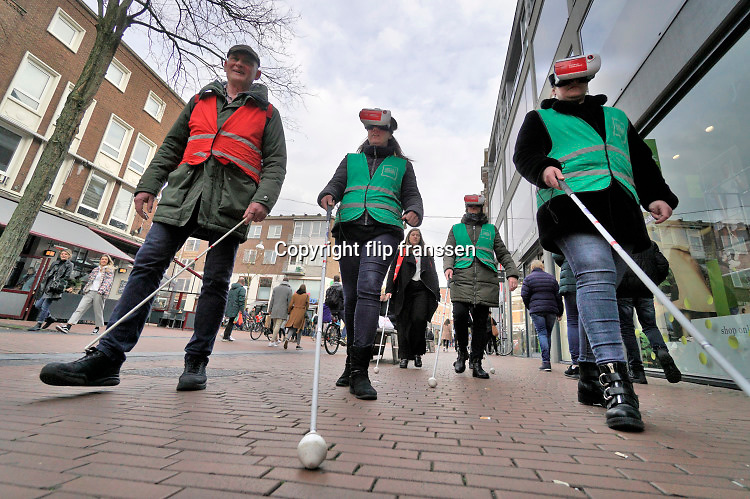 Nederland, Nijmegen, 7-3-2020 Het Muzieum, museum over zien, ogen,slechtziendheid, blindheid is gevestigd in een voormalig winkelpand in het stadscentrum, binnenstad  . Bezoekers kunnen met behulpo van een vr bril een realistische ervaring krijgen van het lopen met een blindenstok . Foto: Flip Franssen