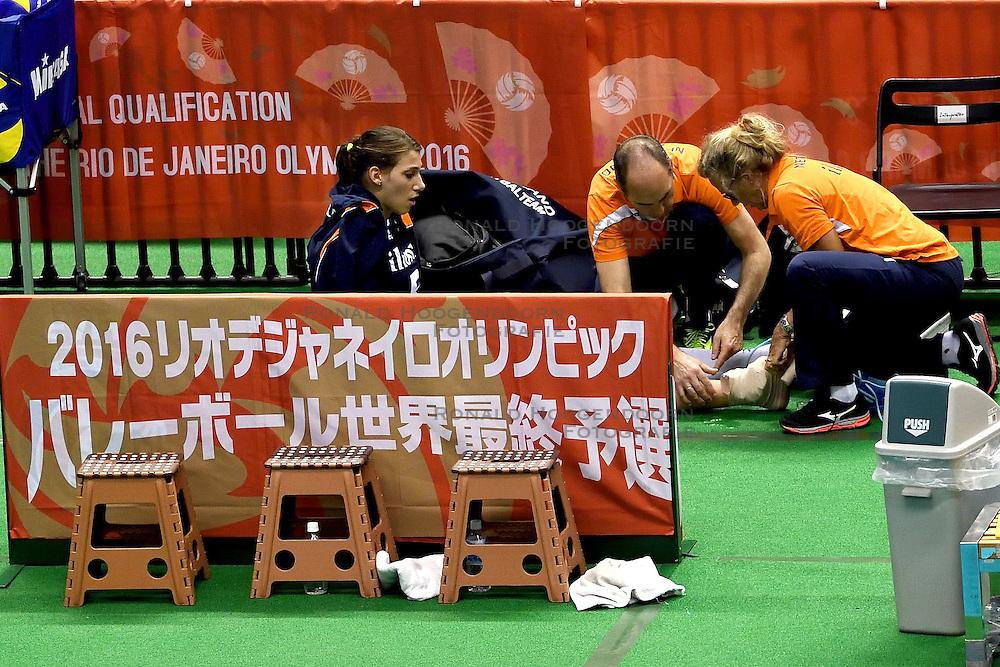 15-05-2016 JAP: OKT Nederland - Zuid Korea, Tokio<br /> Er is nog niets verloren, maar de volleybalsters van Oranje hebben tijdens het OKT een gevoelige 3-0 nederlaag geleden tegen Zuid-Korea / Robin de Kruijf #5 wordt behandeld door Rinke van den Brink en Ingrid Paul