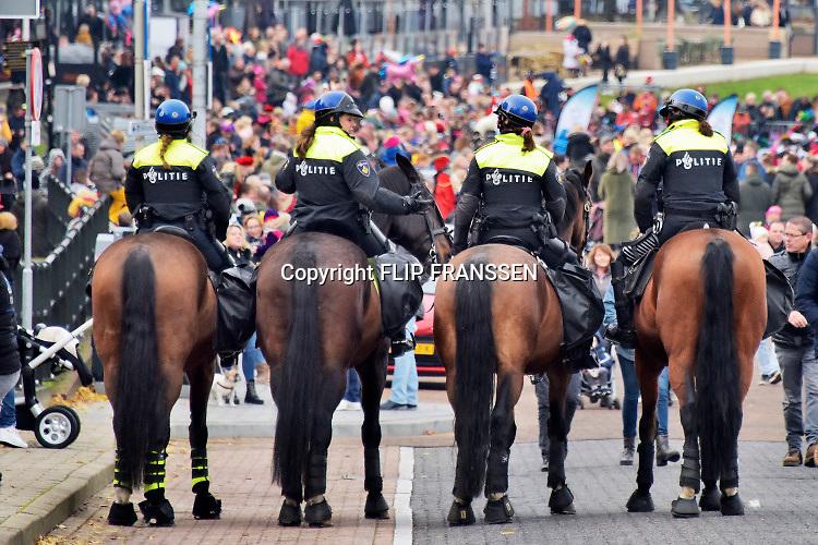 Nederland, Nijmegen, 16-11-2019Zwart geschminkte pieten bij de intocht van sinterklaas. De actiegroep Kick out zwarte Piet, KOZP hield een demonstratie langs de route die zonder ongeregeldheden verliep.Er was veel politie op de been en te paard . Foto: Flip Franssen