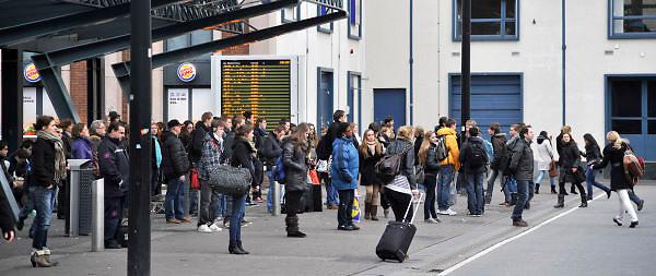 Nederland, Nijmegen, 5-3-2012Passagiers, reizigers,mensen, op het centraal busstation van de stad nij het treinstation.Breng, onderdeel van Connexxion, openbaar vervoer, busvervoer in de regio Arnhem Nijmegen.Foto: Flip Franssen/Hollandse Hoogte
