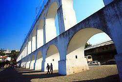 Apenas um bairro no Rio de Janeiro pode agregar variadas manifestações musicais sem ofuscar gêneros e artistas. O local é a Lapa, no centro da cidade, onde fica a emblemática obra dos Arcos da Lapa. Palco para o lirismo das letras do samba, os acordes do som do nordeste e a modernidade da música eletrônica, todos convivem em perfeita harmonia nos bares espalhados pelas ruas Mem de Sá, Riachuelo e Lavradio. FOTO: Jefferson Bernardes/Preview.com