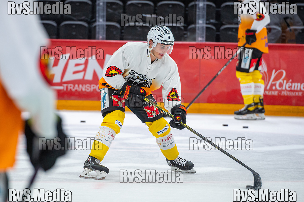 LAUSANNE, SWITZERLAND - SEPTEMBER 28: Mika Henauer #9 of SC Bern warms up prior the Swiss National League game between Lausanne HC and SC Bern at Vaudoise Arena on September 28, 2021 in Lausanne, Switzerland. (Photo by Monika Majer/RvS.Media)
