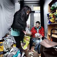 Nederland, Zaandam , 21 september 2012.. Een buurtbewoner komt voedsel en andere benodigheden voor zijn hond halen bij Stichting Saense Voedselbank Voor Dieren opgericht door Linda Schut(l).A food bank for dog and cat owners.