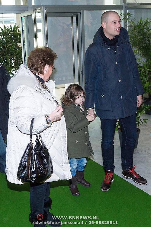 NLD/Amsterdam/20131214 - Premiere Walking with Dinosaurs 3D, Lange Frans Frederiks, met moeder en zoontje Willem willen geen media aandacht en vluchten over de afzetting