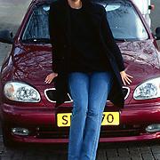 Paulien Huizinga met haar Deawoo auto in Amsterdam