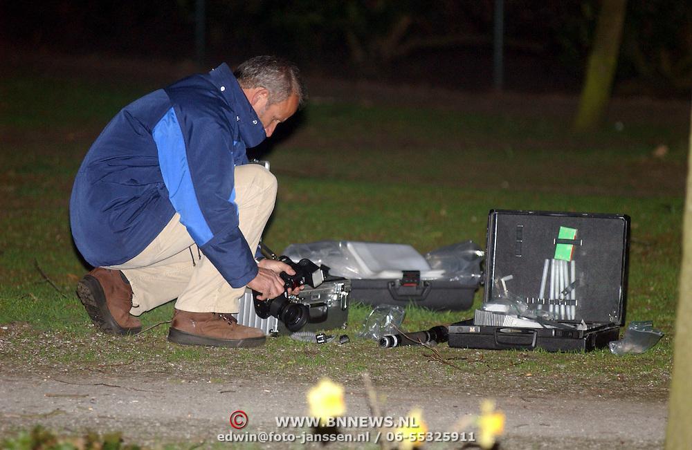 Schietpartij Brink Muiderberg, 3 gewonden, tussen skinheads en Marokkanen, onderzoek technische recherche, sporenonderzoek, reukgeuren, bordjes, rechercheur, koffer, pd,