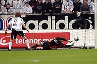Fotball tippeligaen 16.05.04, Rosenborg - Viking 0-2<br /> Frode Johnsen ser Anthony Basso holde nullen med stil<br /> Foto: Carl-Erik Eriksson, Digitalsport