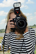 """Persbijeenkomst tweede seizoen Dokter Tinus in Woudrichem dat figureert als standplaats voor de serie.<br /> <br /> Op 3 september start de nieuwe serie van Dokter Tinus bij SBS 6<br /> <br /> Op de foto:  Jennifer Hoffman gebruikt een camera van een collega voor een """"selfie"""""""