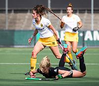 AMSTELVEEN - Lidewij Welten (Den Bosch) met Kimberly Thompson (A'dam)  tijdens de finale van de play-offs om de landtitel in het Wagener stadion, tussen Amsterdam en Den Bosch.     COPYRIGHT KOEN SUYK