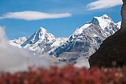 Schneebedeckte Mönch and Jungfrau fotografierts vom Weg zum Sefinenfurge