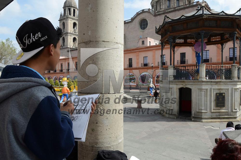 Toluca, México.- Estudiantes de Diseño Gráfico perfeccionan técnicas con el dibujo urbano en Plaza González Arratia. Agencia MVT / Arturo Hernández.