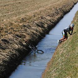 Energiewachttour Stage 5 Uithuizen Corinne smit (Water, Land en Dijken) nam een deel van haaar sponsor naam serieus en ging de sloot in