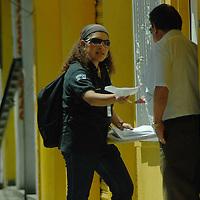 Toluca, Mex.- Capacitadotes del Instituto Federal Electoral (IFE), entregan notificaciones a personas que participaran como funcionarios de cacillas en las próximas elecciones del mes de julio. Agencia MVT / José Hernández. (DIGITAL)<br /> <br /> <br /> <br /> NO ARCHIVAR - NO ARCHIVE