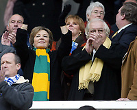 Photo: Chris Ratcliffe.<br />Leicester City v Norwich City. Coca Cola Championship. 31/12/2005.<br />Delia Smith of Norwich appluads the teams on to the pitch.