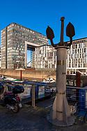 Europa, Deutschland, Koeln, Hochwassermarken auf einer Saeule im Rheinauhafen, im Hintergrund ein Kranhaus.<br /> <br /> Europe, Germany, Cologne, high-water marks on a post in the Rheinau harbor, in the background one of the Crane Houses.