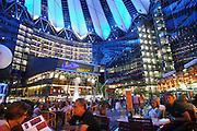 Duitsland, Berlijn, 22-8-2009 Het Sonycenter aan de Potsdamer Platz in de avond blauw en rose verlicht. De reusachtige koepel die het gebouw overdekt verandert steeds van kleur, waardoor het complex steeds van blauw in rose verandert. Sony Center at night. The huge umbrella over the Sony Center at the Potsdamer Platz changes colors constantly from pink to blue.Foto: Flip Franssen/Hollandse Hoogte