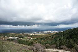 """Percorso da biccari a Monte Cornacchia passando dal Lago di Pescara fino al rifugio di Monte Cornacchia.<br /> Monte Cornacchia è considerato il """"tetto della Puglia"""", il punto più alto del tacco d'Italia. Dalla sua vetta è possibile godere di un paesaggio esclusivo che abbraccia, quasi in un unico sguardo, il Gargano ed il Tavoliere, e poi ancora l'Irpinia e la Maiella. Stiamo parlando del Monte Cornacchia, il massiccio che, dall'alto dei suoi 1151 metri d'altitudine, si presenta ai visitatori coma una privilegiata terrazza sui borghi più belli della Daunia: da Roseto Valfortore a Faeto, da Celle San Vito a Castelluccio Valmaggiore, passando per Biccari. Oggi, grazie ai nuovi percorsi creati dalla sezione di Foggia del Centro Alpino Italiano (C.A.I.) nell'ambito del progetto """"Sentieri Frassati"""", proprio da questi Comuni è possibile raggiungere l'importante vetta attraversando la catena del Subappennino dauno ed apprezzando, nello stesso tempo, le sue bellezze naturalistiche.<br /> <br /> Il Subappennino Dauno (noto anche con i toponimi Monti Dauni o Monti della Daunia, la mundàgne o u Appenníne in foggiano) è una catena montuosa che costituisce il prolungamento orientale dell'Appennino sannita. Essa occupa la parte occidentale della Capitanata e corre lungo il confine della Puglia con il Molise e la Campania."""
