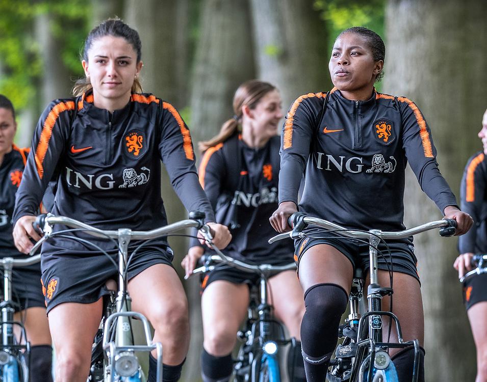 Netherlands. Zeist, 27-05-2019. Photo: Patrick Post. Training Nederlands Dames voetbalelftal. De dames met rechts Lineth Beerensteyn fietsen naar de training.