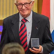 NLD/Den Haag/20171221 - Koning bij sluitingsceremonie Joegoslavie tribunaal, Theodor Meron krijgt een herdenkingsmunt