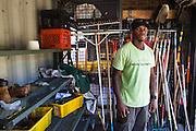 Stacy est chef de production à la Rodeo Farm, une des 11 fermes de Windy City Harvest. Il a découvert l'agriculture urbaine il y a 3 ans, grâce à un programme de réhabilitation. Aujourd'hui, l'incubateur de Windy City Harvest l'aide à développer sa propre entreprise en lui donnant accès à un terrain, des outils, un système de conditionnement et de distribution pendant 2 ans, jusqu'à ce qu'il trouve sa propre clientèle. Il étudie également la gatronomie à l'université, avec comme rêve d'ouvrir un restaurant où il servira ses propres légumes. // Stacy is the production manager of Rodeo Farm, one of 11 farms of Windy City Harvest.  He discovered urban agriculture here 3 years ago thanks to a rehabilitation program.  Today, the incubator program of Windy City Harvest helps him to develop his own business in loaning him access to land, tools, a conditionning system and client distribution for 2 years, until he can find his own clientele.  He is currently also studying culinary arts at a nearby University, with the dream of opening a restaurant and serving his own vegetables.